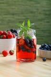Agua del Detox o zumo de fruta con las bayas Imágenes de archivo libres de regalías