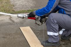 Agua del espray de los bomberos durante un ejercicio de formación fotografía de archivo libre de regalías