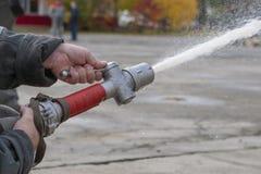 Agua del espray de los bomberos durante un ejercicio de formación foto de archivo libre de regalías