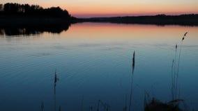 Agua del fondo en la puesta del sol por la tarde metrajes