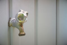 Agua del grifo de la espita en la pared gris, válvula Imagen de archivo libre de regalías