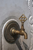 Agua del grifo en la pared de piedra. Fotos de archivo libres de regalías