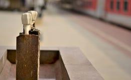 Agua del grifo en un ferrocarril indio imagen de archivo libre de regalías