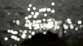 Agua del lago blur y fondo del sol almacen de video