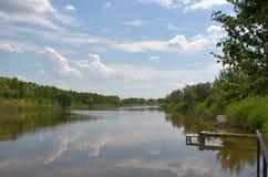 Agua del lago summer y las nubes hermosas del bosque fotos de archivo