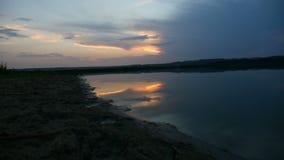 Agua del lago sunset en el paisaje de la naturaleza de las montañas del fondo almacen de metraje de vídeo