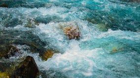Agua del lapso de tiempo que fluye sobre rocas almacen de video