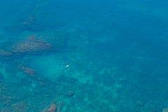 Agua del Mar Negro con una opinión aérea del nadador Fotos de archivo