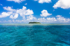 Agua del océano de la turquesa e isla tropical idílica de Sipadan Imagen de archivo libre de regalías