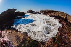 Agua del océano del mar que empuja marea de las rocas Fotografía de archivo