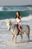 Agua del paseo del caballo de la mujer Imagen de archivo