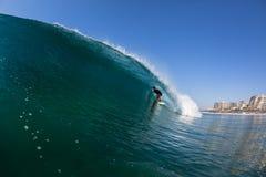 Agua del paseo del tubo de la persona que practica surf que practica surf Imágenes de archivo libres de regalías