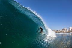 Agua del paseo del tubo de la persona que practica surf que practica surf Foto de archivo libre de regalías