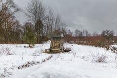 Agua del pueblo bien en el invierno en el lugar salvaje Imagenes de archivo