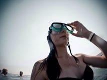 Agua del salto de la muchacha del viaje del viaje del pavo del verano Fotos de archivo libres de regalías