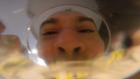 Agua del vidrio de las bebidas de los hombres Cámara en un vidrio POV metrajes