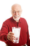 Agua del vidrio del hombre mayor Foto de archivo libre de regalías