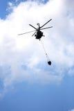 Agua del vuelo del helicóptero Fotos de archivo libres de regalías