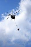 Agua del vuelo del helicóptero Fotografía de archivo