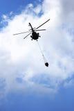 Agua del vuelo del helicóptero Foto de archivo libre de regalías
