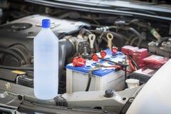 Agua destilada para la batería de coche Fotos de archivo libres de regalías