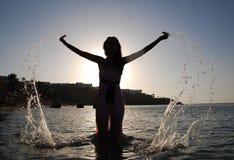 Agua droping de la mujer en el mar Fotos de archivo libres de regalías