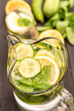 Agua dulce con el pepino, el limón y la menta Imagen de archivo libre de regalías