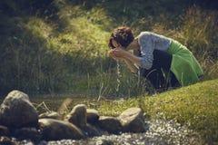 Agua dulce de consumición de la cala de la mujer Imagenes de archivo