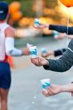 Agua durante un maratón Foto de archivo libre de regalías