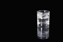 Agua e hielo en vidrio fotografía de archivo libre de regalías