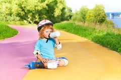 Agua el rollerblading y de la bebida del muchacho de la botella Fotografía de archivo