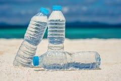 Agua embotellada en un día caliente en la playa Fotografía de archivo libre de regalías