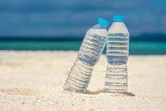 Agua embotellada en un día caliente en la playa Imágenes de archivo libres de regalías
