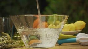 Agua en bol de vidrio