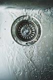 Agua en el fregadero de cocina inoxidable consumo de agua Imagen de archivo