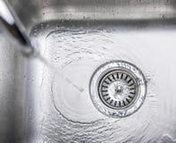 Agua en el fregadero de cocina VIII Foto de archivo libre de regalías