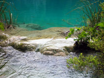 Agua en el lago Plitvice Fotos de archivo libres de regalías