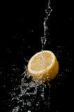 Agua en el limón Imagen de archivo libre de regalías