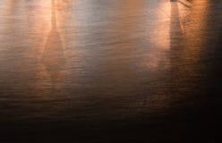 Agua en la noche teniendo en cuenta la linterna Imagen de archivo