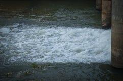 Agua en la presa Imagen de archivo libre de regalías