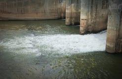 Agua en la presa Imágenes de archivo libres de regalías