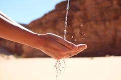 Agua en las manos de la mujer Foto de archivo