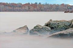 Agua en las rocas: Hamilton Harbour en el parque del embarcadero 4 Fotografía de archivo