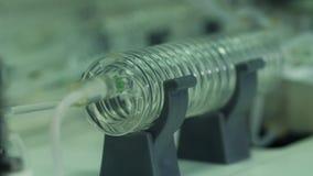 Agua en un tubo espiral de cristal almacen de video