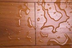 Agua en una cubierta de madera imágenes de archivo libres de regalías
