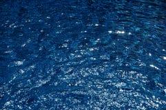 Agua en una piscina en la sol del verano Imagen de archivo libre de regalías