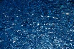Agua en una piscina en la sol del verano Imagenes de archivo