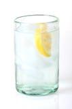 Agua en vidrio con la cuña de limón fotos de archivo