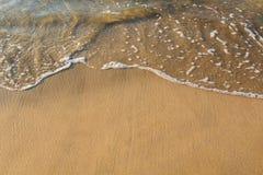 Agua entrante en la arena Fotos de archivo