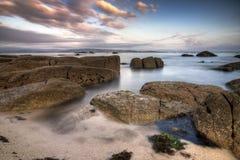 Agua entre las rocas de una playa Imagenes de archivo